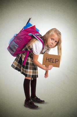 Enfant ayant des problèmes de posture en raison d'un sac à dos lourd